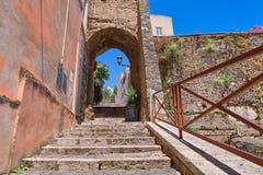L'escalier en pierre entre dans la voûte avec une lanterne et un ciel bleu photo libre de droits