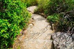 L'escalier en pierre fait un pas marchant la traînée, voie de contrebandiers avec le mur en pierre noir naturel à la promenade de images stock