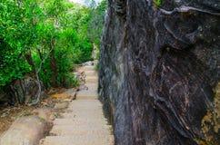 L'escalier en pierre fait un pas marchant la traînée, voie de contrebandiers avec le mur en pierre noir naturel à la promenade de image stock