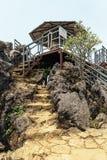 L'escalier en pierre mènent à la plate-forme d'observation dans le secteur de Sam Bay Cloud Yard chez Ham Rong Mountain Park dans images libres de droits