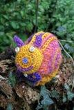 L'escargot rose de crochet sur la brindille avec le lierre part Image stock