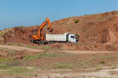 L'escavatore carica un camion fotografie stock libere da diritti