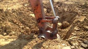 L'escavatore a cucchiaia rovescia con un acciaio del martello accatasta il dispositivo alla fondazione su pali del cantiere video d archivio