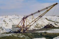 L'escavatore di camminata produce il minerale metallifero del manganese Fotografia Stock
