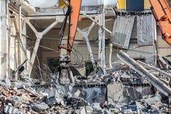 L'escavatore rimuove i pezzi di metallo e di pietra da demolizione Fotografie Stock Libere da Diritti