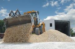 L'escavatore scarica la ghiaia Immagini Stock
