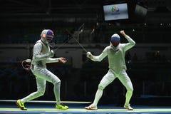 L'escrimeur de l'équipe Etats-Unis L concurrence l'escrimeur de Team Russia dans l'aluminium d'équipe du ` s d'hommes de Rio 2016 images libres de droits