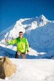 L'escursione dell'uomo esplora in montagne dell'Himalaya nel Nepal Immagini Stock
