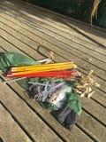 L'escursione di campeggio dell'attrezzatura esplora i pioli dei pali della tenda fotografie stock libere da diritti