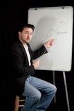 L'esecutivo casuale dà la presentazione su Whiteboard Fotografie Stock