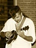 L'esecutore della via gioca le ukulele Fotografia Stock