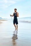 L'esercitazione dell'uomo, facente la forma fisica esercita all'aperto sulla spiaggia sport Fotografia Stock Libera da Diritti