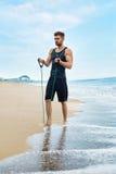 L'esercitazione dell'uomo, facente la forma fisica esercita all'aperto sulla spiaggia sport Fotografie Stock Libere da Diritti