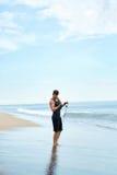 L'esercitazione dell'uomo, facente la forma fisica esercita all'aperto sulla spiaggia sport Immagine Stock