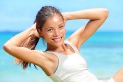 L'esercitazione della donna che di forma fisica fare si siede aumenta fuori Immagine Stock
