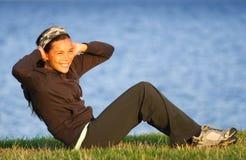 l'esercitazione si siede aumenta la donna Fotografie Stock Libere da Diritti