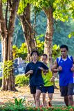 L'esercizio corrente della gente per salute nel parco di BangYai, non fotografia stock