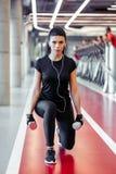 L'esercizio di allenamento della donna di affondo della testa di legno, una spaccatura della gamba occupa Fotografia Stock