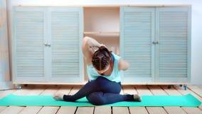 L'esercizio di pratica di yoga della donna di forma fisica ha piegato le sue mani in serratura dietro la parte posteriore sulla s video d archivio