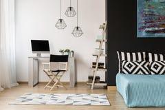 L'espace à la maison fonctionnel dans un style moderne Photo stock