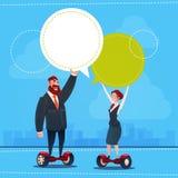 L'espace électrique de copie de bulle de causerie de transport de scooter de tour d'homme et de femme d'affaires Photos libres de droits
