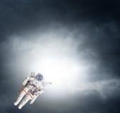 L'espace aérien d'astronaute d'astronaute tient le premier rôle la terre Image stock