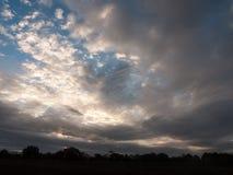 L'espace aérien nuageux de ciel bleu de matin dramatique renversant Photos stock