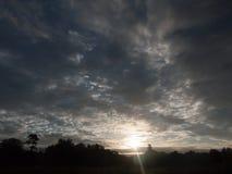 L'espace aérien nuageux de ciel bleu de matin dramatique renversant Photographie stock libre de droits