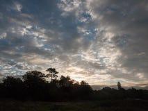 L'espace aérien nuageux de ciel bleu de matin dramatique renversant Photographie stock