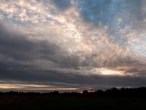 L'espace aérien nuageux rougeoyant de ciel bleu de matin dramatique renversant Photos libres de droits