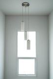 L'espace blanc intérieur minimal moderne, avec la fenêtre et les lampes modernes Photo stock