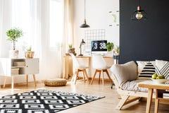 L'espace d'étude avec les meubles scandinaves Photo libre de droits