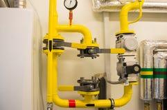 L'espace d'Emty parmi les tuyaux de gaz jaunes pour l'installation naturelle de compteur à gaz Photo libre de droits