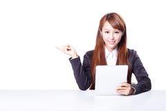 L'espace de copie d'exposition de femme d'affaires avec le PC de comprimé Image libre de droits