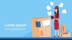 L'espace de copie de bannière de service de courrier de paquet de la livraison de boîte de Woman Use Tablet de messager Photos libres de droits