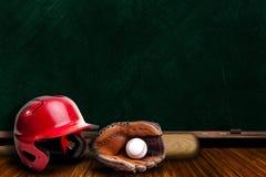 L'espace de copie de jeu d'équipement de base-ball et de panneau de craie Images stock