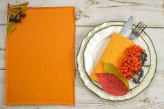 L'espace de copie de texte libre de menu de restaurant d'automne et arrangement de table Photographie stock