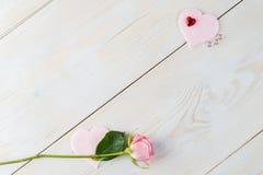 L'espace de copie de disposition pour le fond en bois des textes avec des fleurs, coeur Image libre de droits