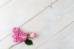 L'espace de copie de disposition pour le fond en bois des textes avec des fleurs, coeur Images stock