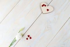 L'espace de copie de disposition pour le fond en bois des textes avec des fleurs, coeur Photo libre de droits