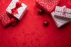 L'espace de copie sur la nappe rouge avec des valentines boîte-cadeau, fond de célébration de Saint-Valentin image libre de droits