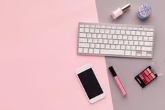 L'espace de fonctionnement avec le clavier sur le fond rose Image stock