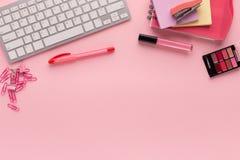 L'espace de fonctionnement avec le clavier sur le fond rose Photographie stock