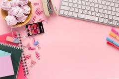 L'espace de fonctionnement avec le clavier sur le fond rose Images libres de droits