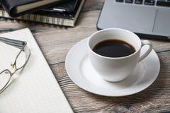 L'espace de fonctionnement avec le service informatique et les approvisionnements de café Photo libre de droits