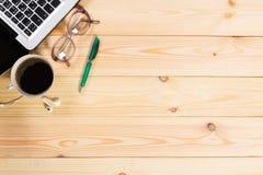 L'espace de fonctionnement Ordinateur portable, bloc-notes sur le bureau en bois photos libres de droits