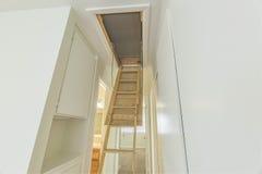 L'espace de grenier dans le petit logement avec l'échelle Photographie stock libre de droits