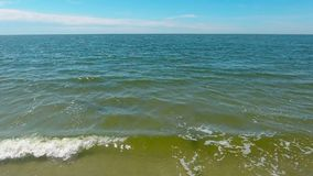L'espace de mer mer, petites vagues aucun personnes et bateaux banque de vidéos