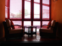 L'espace de mezzanine meublé, fenêtres grandes image stock