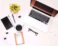 L'espace de travail avec des verres de café de téléphone portable de clavier d'ordinateur portable fleurit Photographie stock libre de droits
